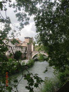 Isola Tiberina from the river path